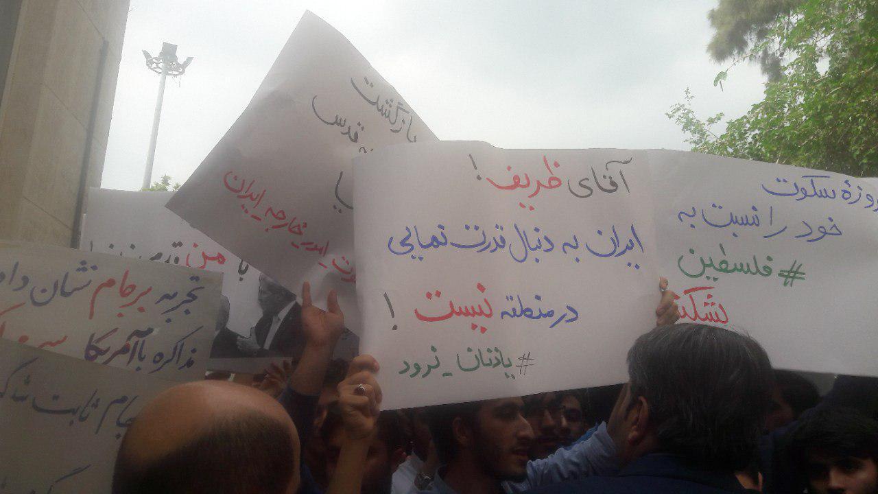انتقادهای شدید ظریف: چرا زمینه فرار سرمایه از کشور را فراهم میکنید؟/حمله به خودروی ظریف+عکس