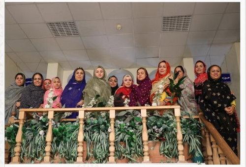 خانم مسوول و کارمندان اش با لباس بندری به محل کار خود رفتند +عکس
