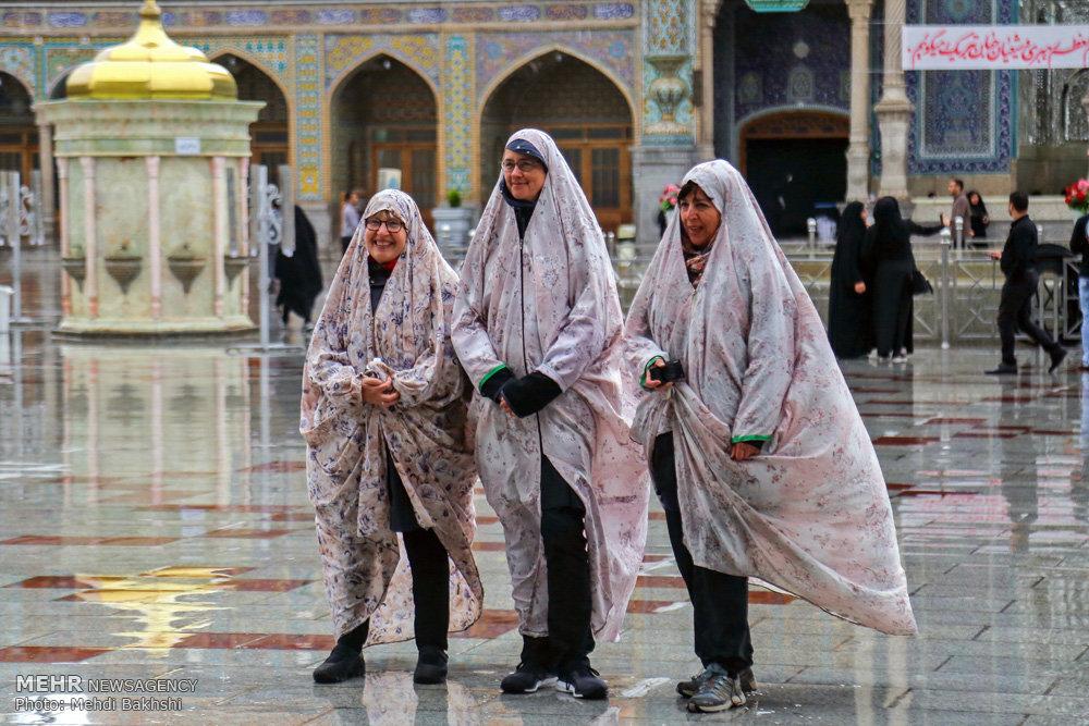 عکس/ حجاب گردشگران خارجی در حرم حضرت معصومه(س)