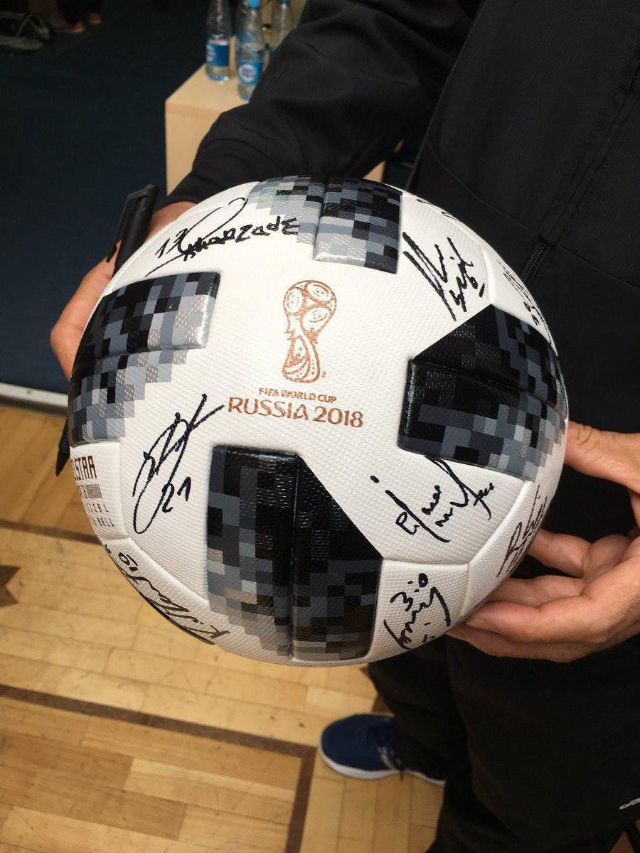 تصویری از توپ رسمی جامجهانی با امضای بازیکنان ایران