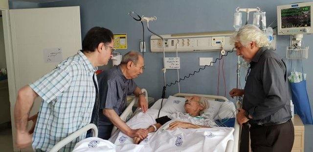 علی نصیریان بر بالین جمشید مشایخی در بیمارستان/ عکس