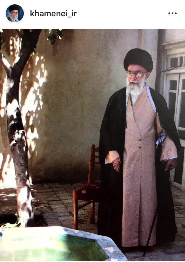 عکس/ رهبر انقلاب در حیاط منزل پدری