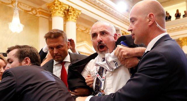 اخراج یک خبرنگار از کنفرانس مطبوعاتی پوتین و ترامپ