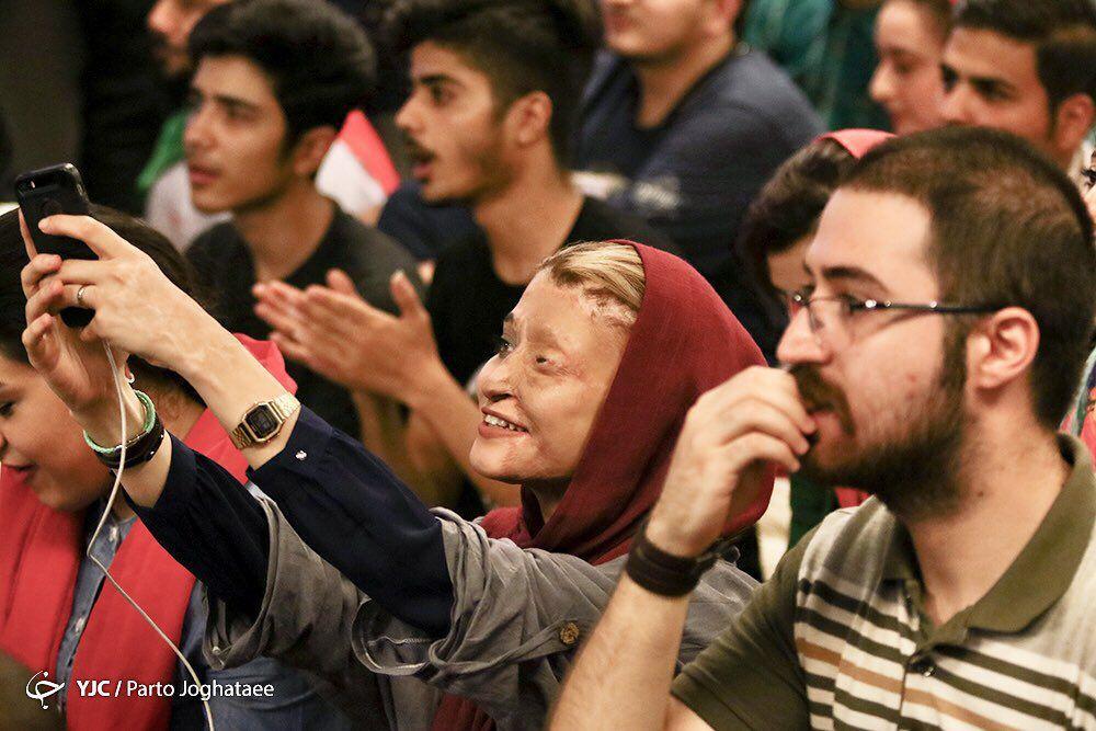 دختر قربانی اسیدپاشی اصفهان در حال تماشای فوتبال ایران و پرتغال /عکس