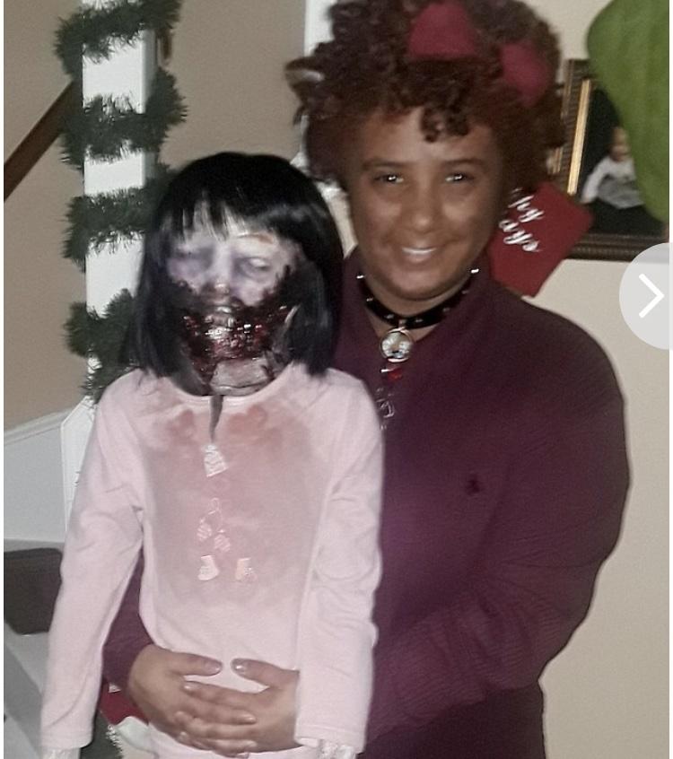 این زن میخواهد با یک عروسک وحشتناک زامبی ازدواج کند!/ عکس