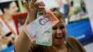 اقتصاد متزلزل ونزوئلا و فرار مردم؛ حذف ۵ صفر از پول ملی و افزایش ۳۵ برابری دستمزدها| راهی برای نجات یا افزایش تورم و فقر؟ ببینید اسکناسهای کهنه ونزوئلا چقدر میارزند؟+تصاویر
