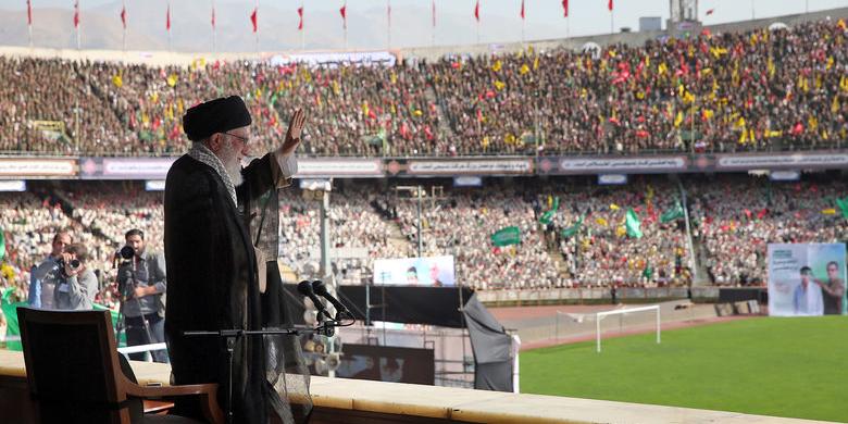 رهبر انقلاب: موقعیت کشور، موقعیت حساسی است| اول عظمت ایران، دوم اقتدار جمهوری اسلامی و سوم شکستناپذیری ملت ایران| عظمت ایران یک امر تاریخی است| کشور بخاطر وجود مشکل از خمودگی و بیعملی درآمده است