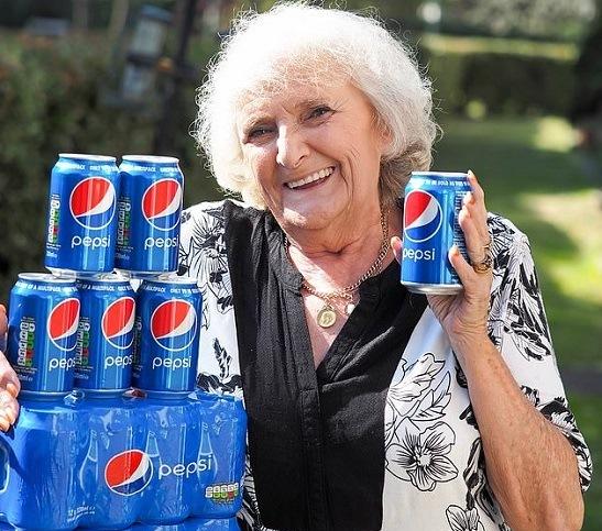خانمی که 64 سال است روزی چهار قوطی نوشابه مینوشد +عکس