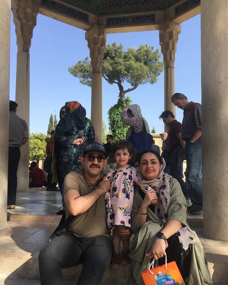 عکس | بازیگر سریال «زوج یا فرد» در کنار همسر و فرزندش در حافظیه