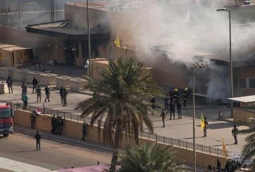 حامیان حشد الشعبی از مقابل سفارت آمریکا خارج شدهاند/فعالیتهای کنسولی آمریکا متوقف شد