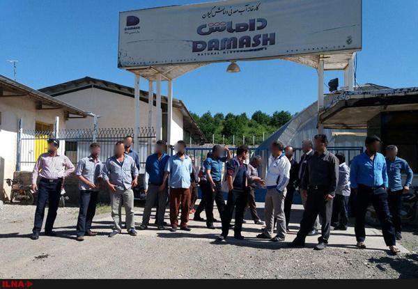 کارگرانِ آب معدنی داماش ماههاست حقوق نگرفتهاند/ گرفتاری هر روزه کارگران در برف و کولاک+عکس