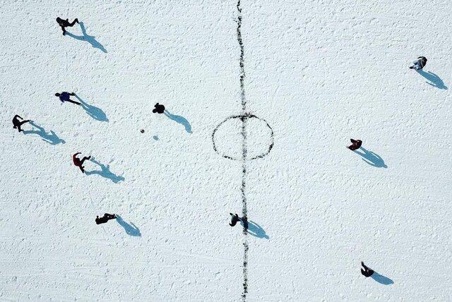 فوتبال روی یخ/عکس