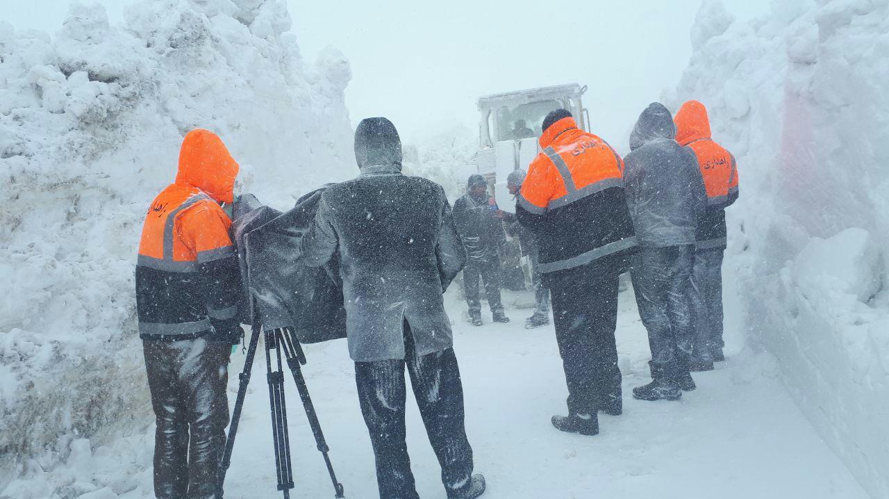 ارتفاع 6 متری برف در ورزقان/ روستاهای جنگلی ورزقان همچنان در محاصره برف/عکس