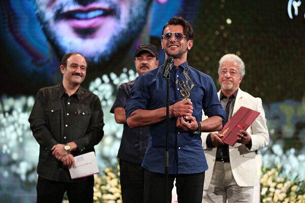 تندیس حافظ افتخاری به سریال «بازی تاج و تخت» رسید/جایزه یک عمر دستاورد هنری در دستان گلاب آدینه