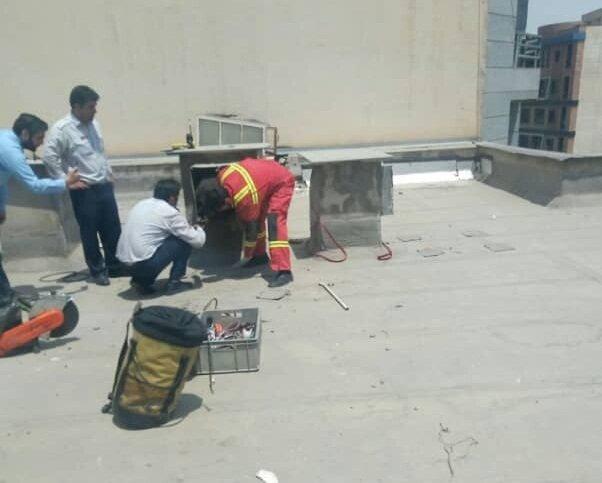 سارق خانه در کانال کولر گیر افتاد + عکس