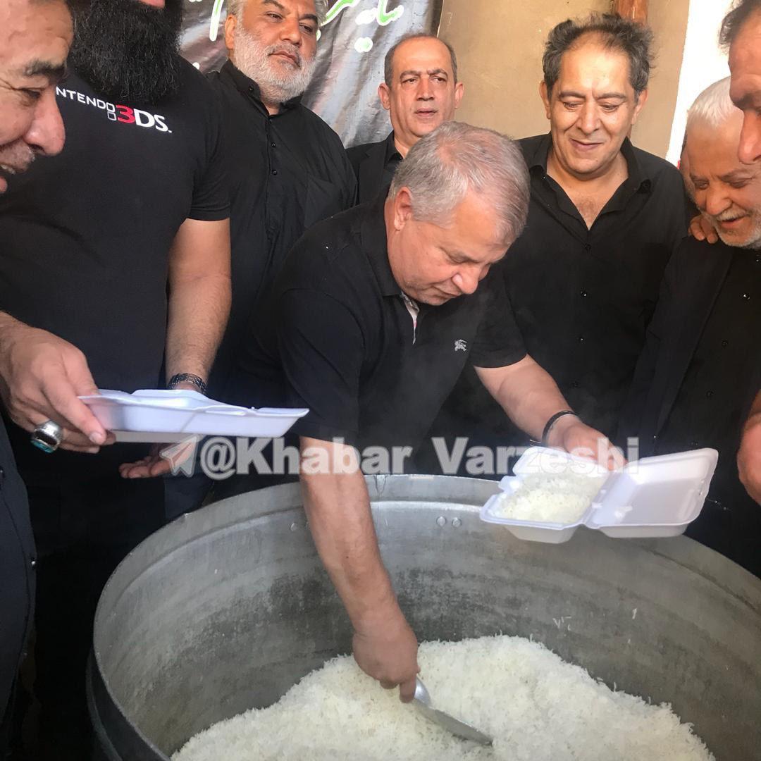 علی پروین پای دیگ نذری /عکس
