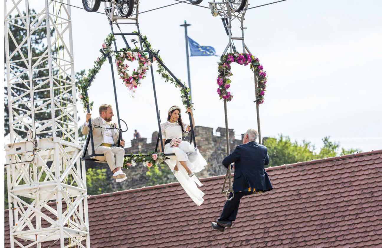 عکس| برگزاری مراسم عقد ازدواج روی تاب