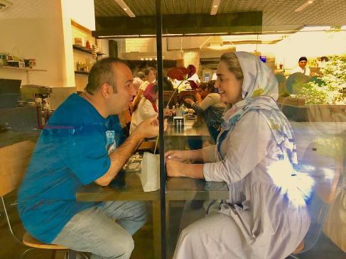 عکس| بازیگر زن سینمای ایران و همسرش در یک کافه