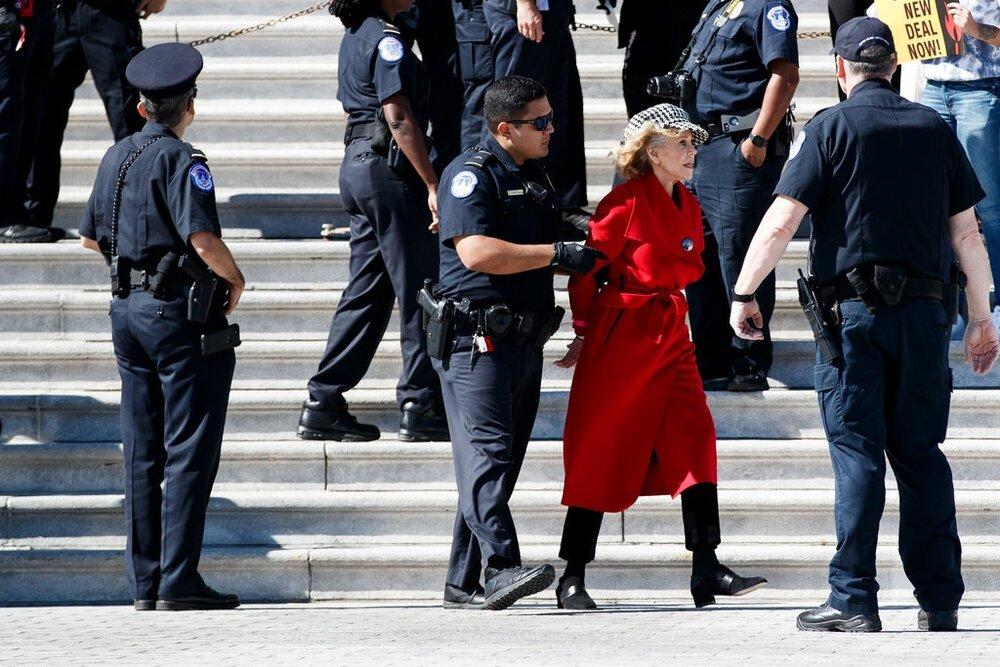 بازداشت بازیگر زن آمریکایی مقابل کنگره آمریکا / عکس