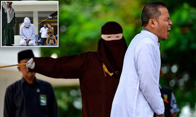 شلاق خوردن یک روحانی در اندونزی به دلیل رابطه با زن شوهردار+عکس