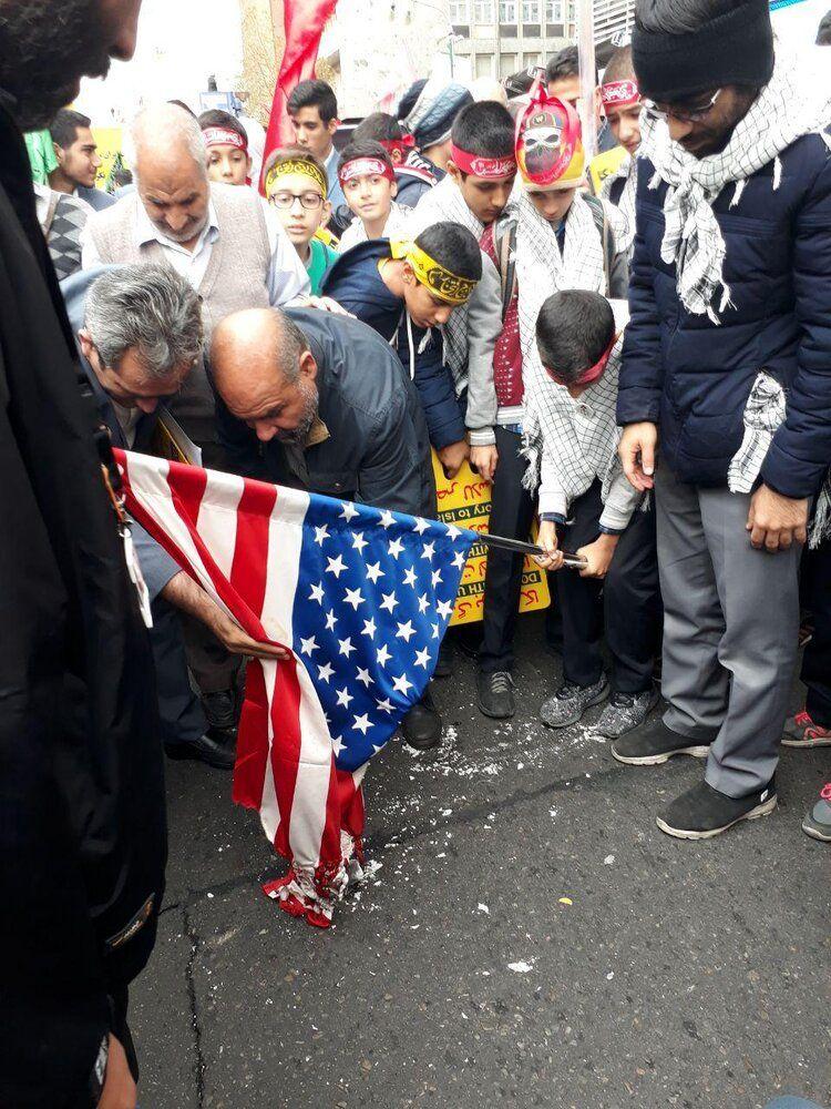 عکش| آتش زدن پرچم آمریکا در تهران