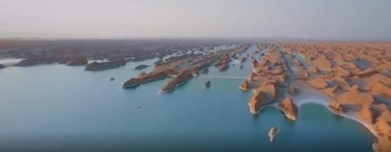 دریاچه زیبایی که در کویر لوت ایران شکل گرفته+فیلم