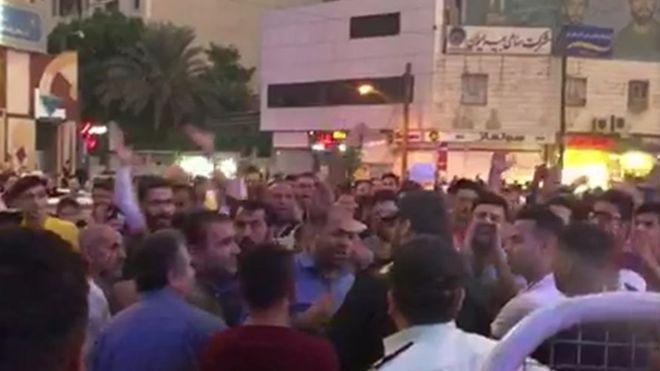 اعتراض به افزایش قیمت بنزین در برخی شهرهای ایران+عکس