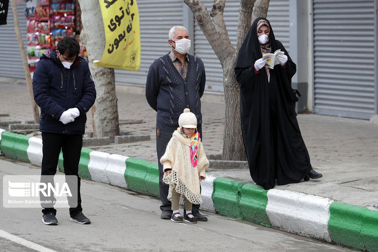 تعدادی از مردم در خیابانهای اطراف حرم رضوی سال را نو کردند