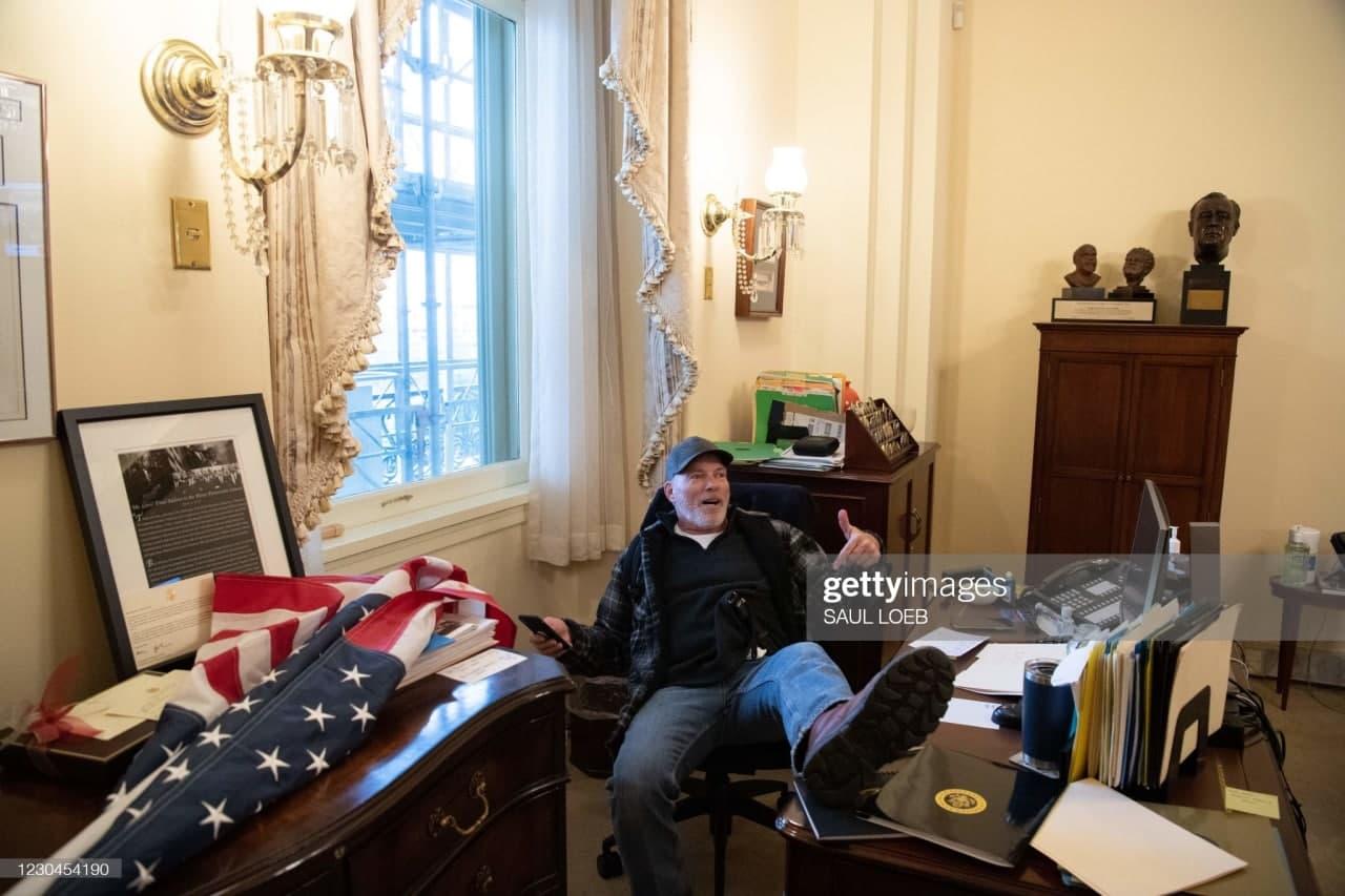 عکس| تکیه هواداران ترامپ بر صندلی نانسی پلوسی، رئیس مجلس نمایندگان آمریکا