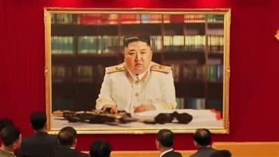 تصویر رهبر کره شمالی با یونیفرم نظامی و مسلسل