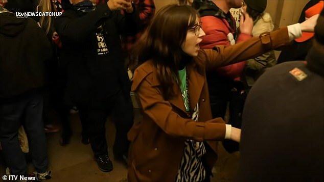 اف.بی.آی به دنبال زنی که لپتاپ نانسی پلوسی را دزدید