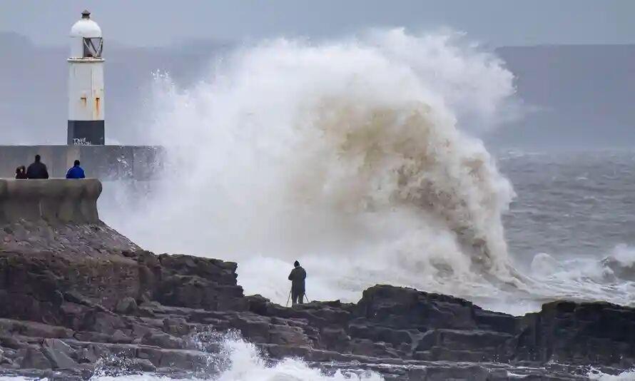 طوفان با سرعت ۱۶۰ کیلومتر انگلیس و فرانسه را در نوردید