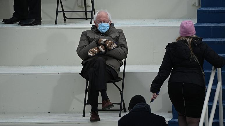 عکس  جنجال دستکشهای برنی سندرز در مراسم تحلیف بایدن؛ سندرز به تهران آمد!