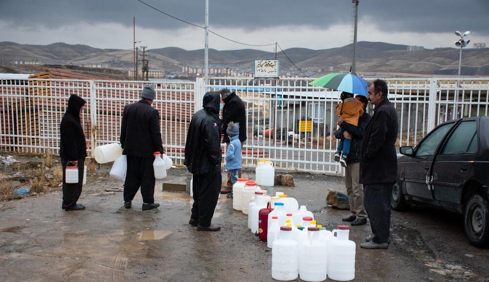 تصاویر| صف طولانی مردم سنندج برای تهیه آب شرب زیر باران