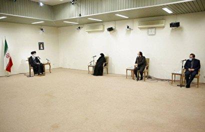 عکس  دیدار خانواده شهید فخریزاده با رهبر انقلاب