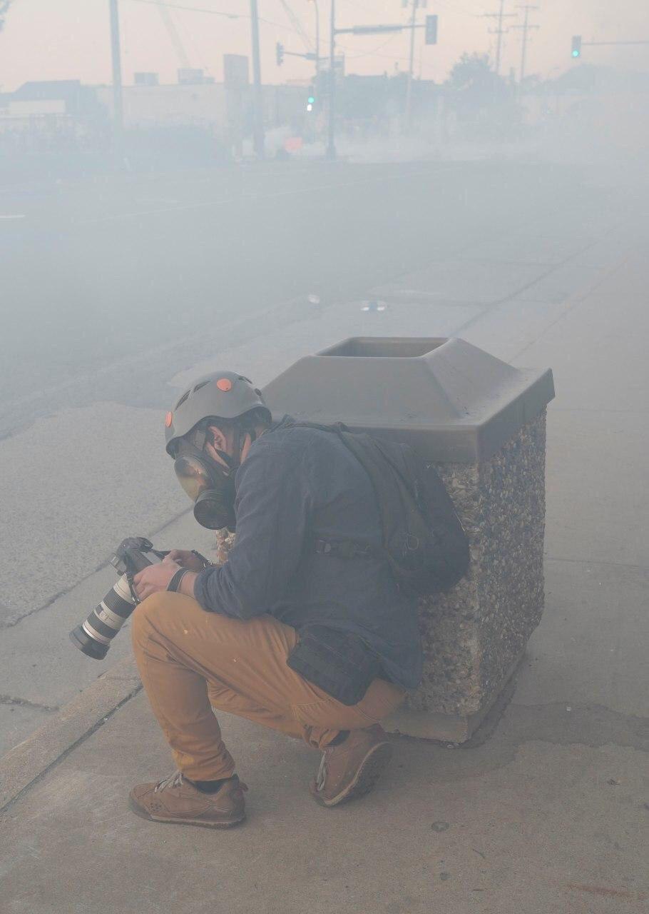 عکس/ سنگر گرفتن عکاس رویترز در مینیاپولیس آمریکا