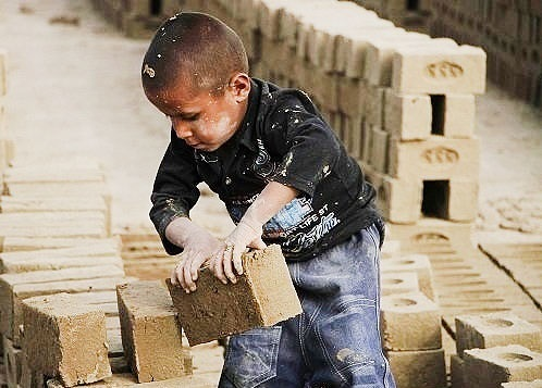 حبس کودکی به وقت کار؛ ١٢ ساعت کار، کمتر از یک میلیون دستمزد ماهیانه
