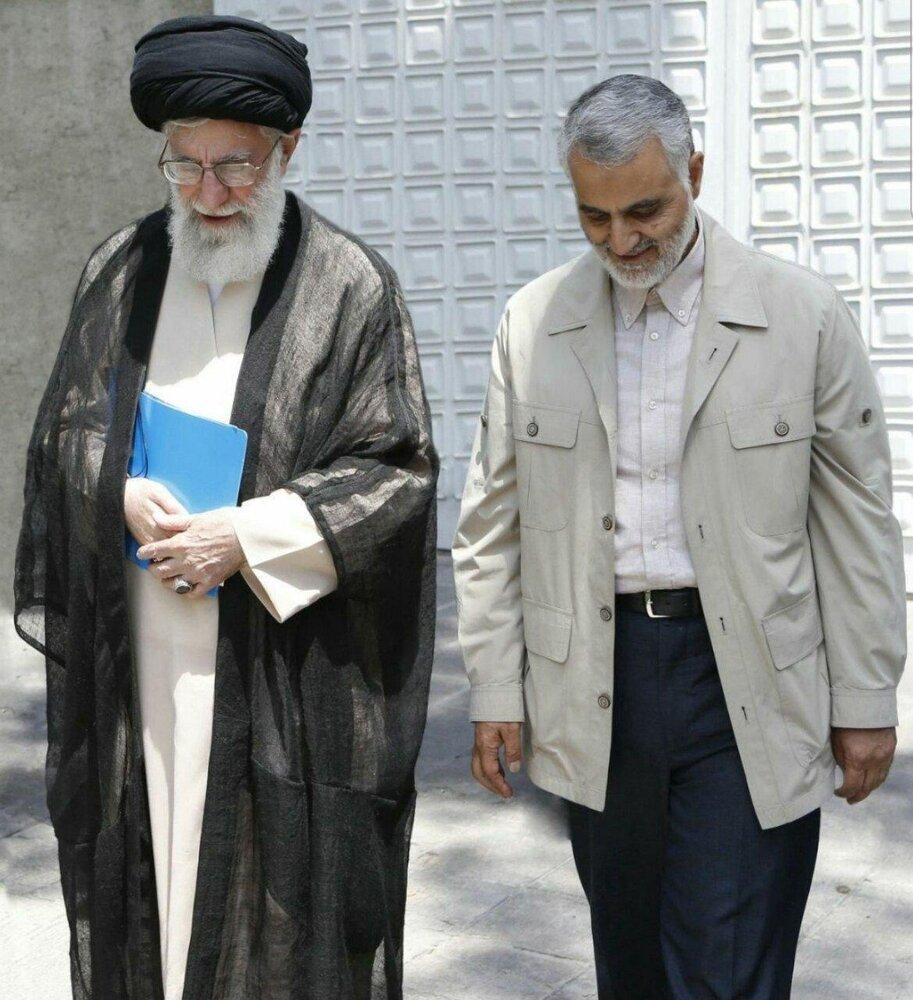 تصویری از قدم زدن رهبر انقلاب و سردار سلیمانی