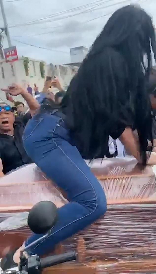 تصاویر| جنجال رقص یک زن روی تابوت