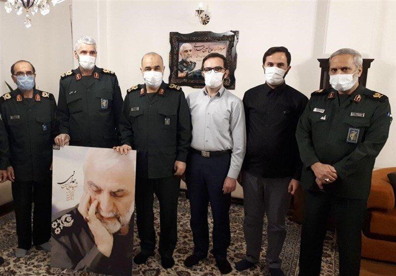 تصویری از فرمانده کل سپاه درکنار یک خانواده شهید معروف