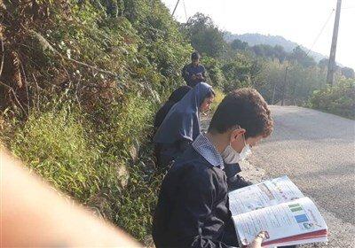 تصاویر| برگزاری کلاسهای آنلاین کنار جاده!
