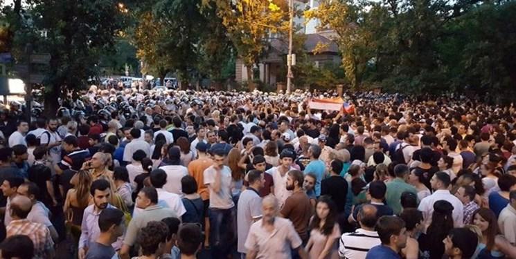 تداوم تظاهرات علیه پاشینیان؛ مسدود شدن مسیرهای منتهی به فرودگاه پایتخت