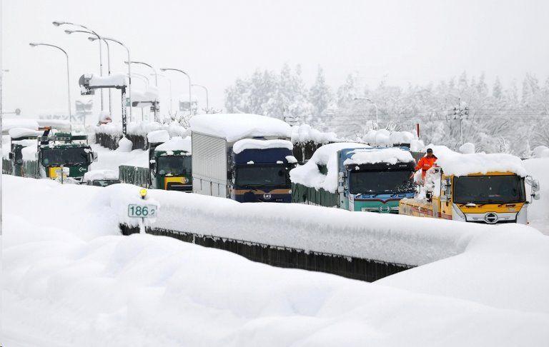 گرفتاری هزار خودرو در برف ژاپن +عکس