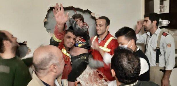 عکس  سقوط پسر نوجوان به داخل انقطاع بین دو ساختمان