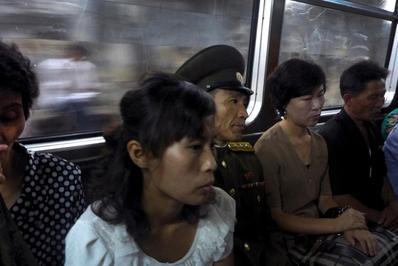 """از زمان به قدرت رسیدن """"کیم جونگ اون"""" در کره شمالی، عکاسان و خبرنگاران جهان توانستند مجوز ورود به حصار کره شمالی را کسب کنند وضعیت زنذگی زنان در کره شمالی به یکی از موضوعات مورد توجه آنها بدل شده است."""