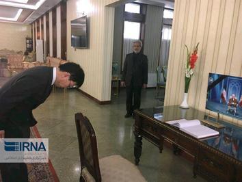 اداى احترام سفير ژاپن در افغانستان هنگام امضاى دفتر يادبود ارتحال آيت الله هاشمى رفسنجانى در كابل