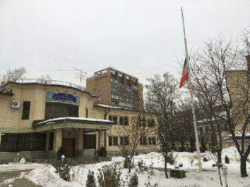 پرچم نیمه افراشته سفارت ایران در مسکو به احترام آیت الله هاشمی رفسنجانی/منبع: کانال رسمی سفیر ایران در مسکو