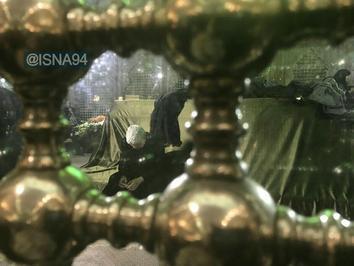 محمد هاشمی در ضریح امام خمینی(ره) پس از خاکسپاری آیت الله هاشمی رفسنجانی