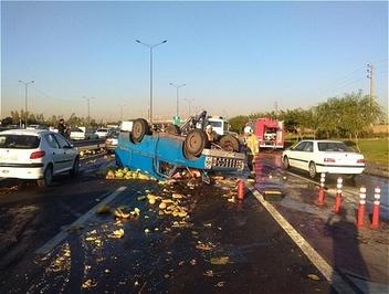 واژگونی بار هندوانه وسط بزرگراه آزادگان تهران! /عکس
