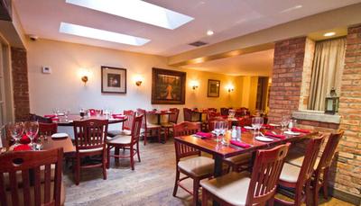 لیدی گاگا - JOANNE TRATTORIA رستوران لیدی گاگا، واقع در نیویورک، دارای منوی ایتالیایی است. در منوی آن می توانید غذاهایی چون انواع پاستا، پیتزا، گوشت و منوی ویژه خانواده را سفارش داد. این رستوران به دلیل سرویس خوب و فضای دنجش شهرت دارد و بیشتر خانواده هایی که به دنبال محیطی لوکس و آرام می گردند، این رستوران را انتخاب می کنند.